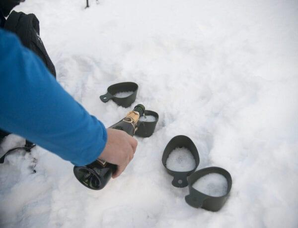 Mousserande vin på fjället i kåsa på vintern