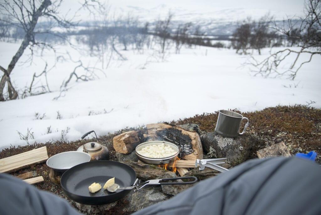 Kolbulle med halloumi över öppen eld på vintern
