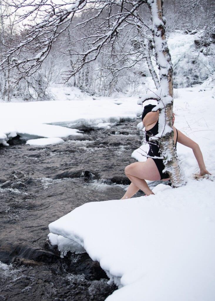 Bada i kallt vatten @outdoor_wilda isbadar i Tänndalen i Härjedalen