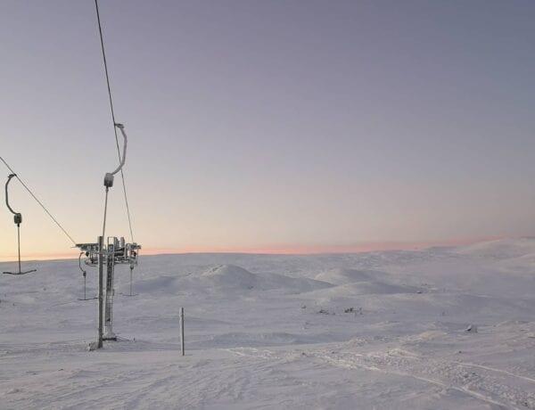 Tänndalen soluppgång över liften i fjällen i snö