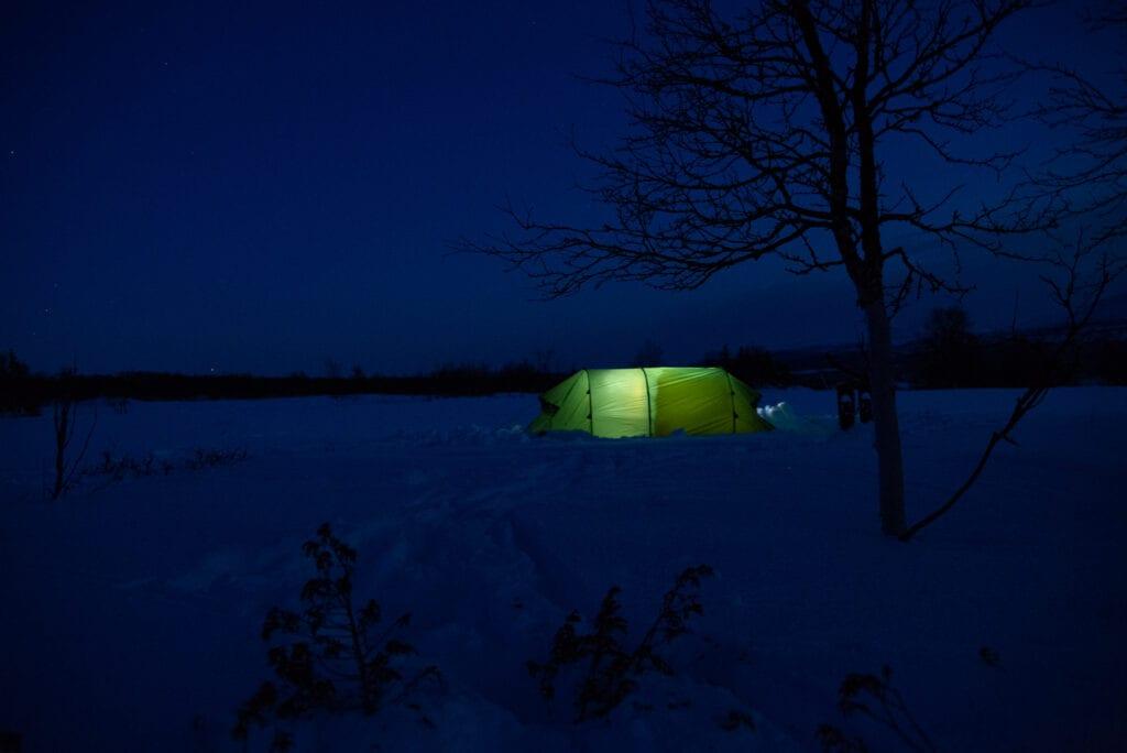 Hilleberg tält på natten i alperna