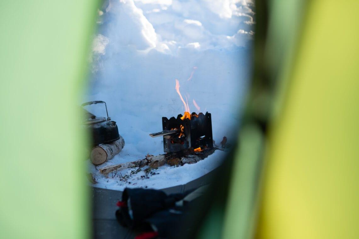 Tältöppning och vedspis i fjällen på vintern