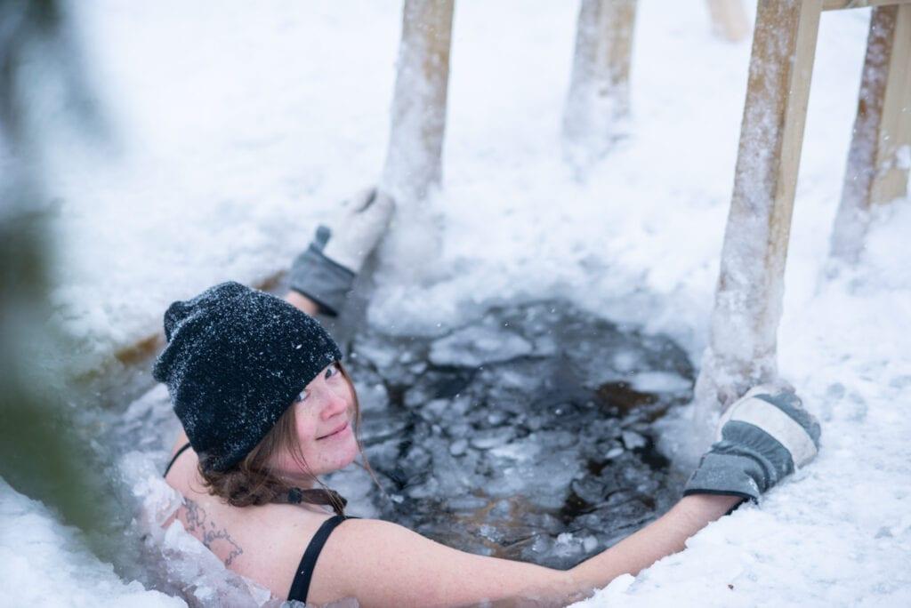 Vinterbad i isvak i Funäsdalen