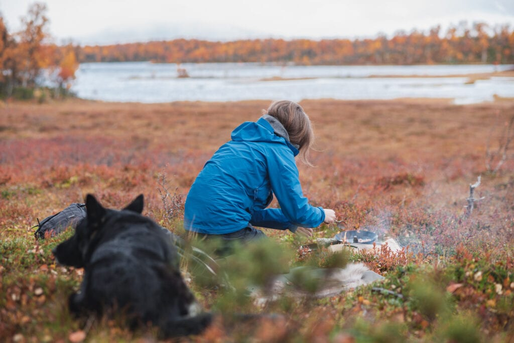 Matlagning på fjället med hund som sällskap