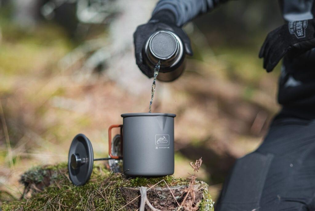 Termos från Stanley och presskaffe i skogen
