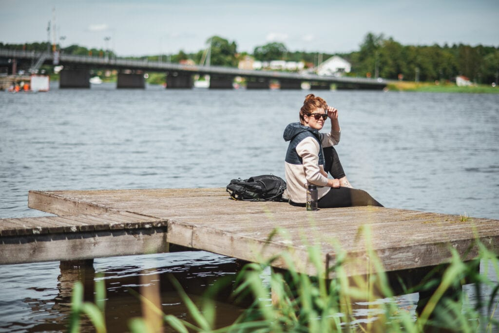 Wilda Nilsson på solig brygga i Strängnäs