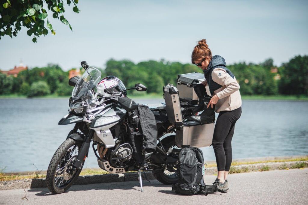 Motorcykel Triumph Tiger 800 XCA vid vattnet i Strängnäs