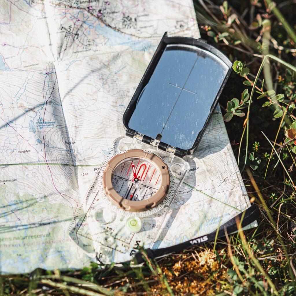 orientering med karta och kompass