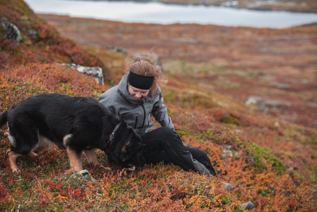 Wilda Nilsson och Flexie på vandring i Härjedalen på hösten