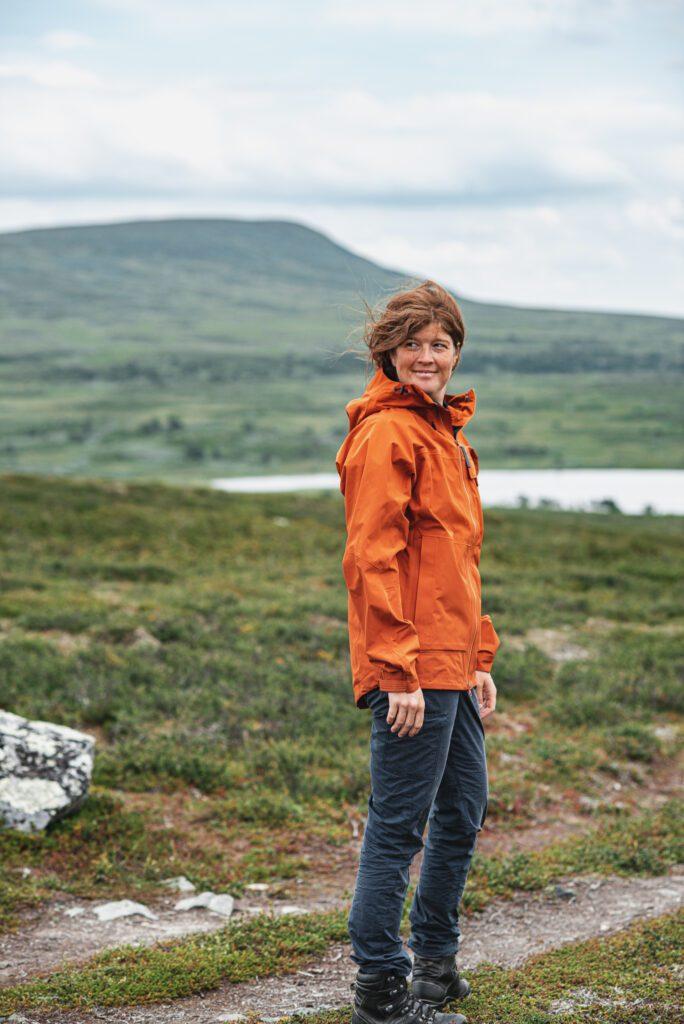 Wilda Nilsson i orange jacka från Lundhags