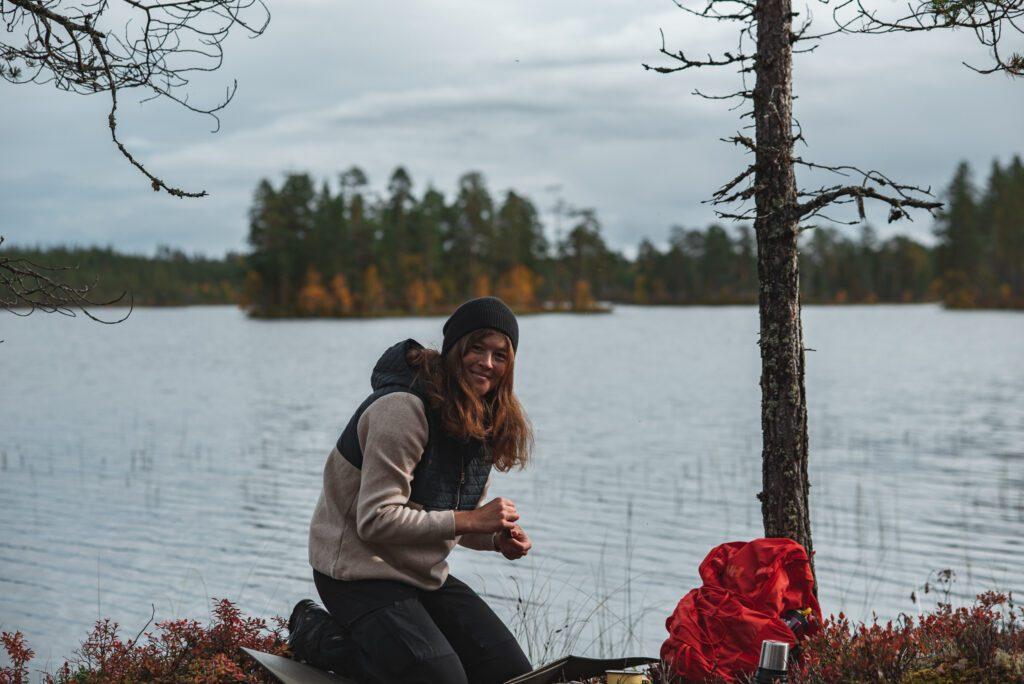 Wilda Nilsson fikar i tröja från Holebrook i skogen