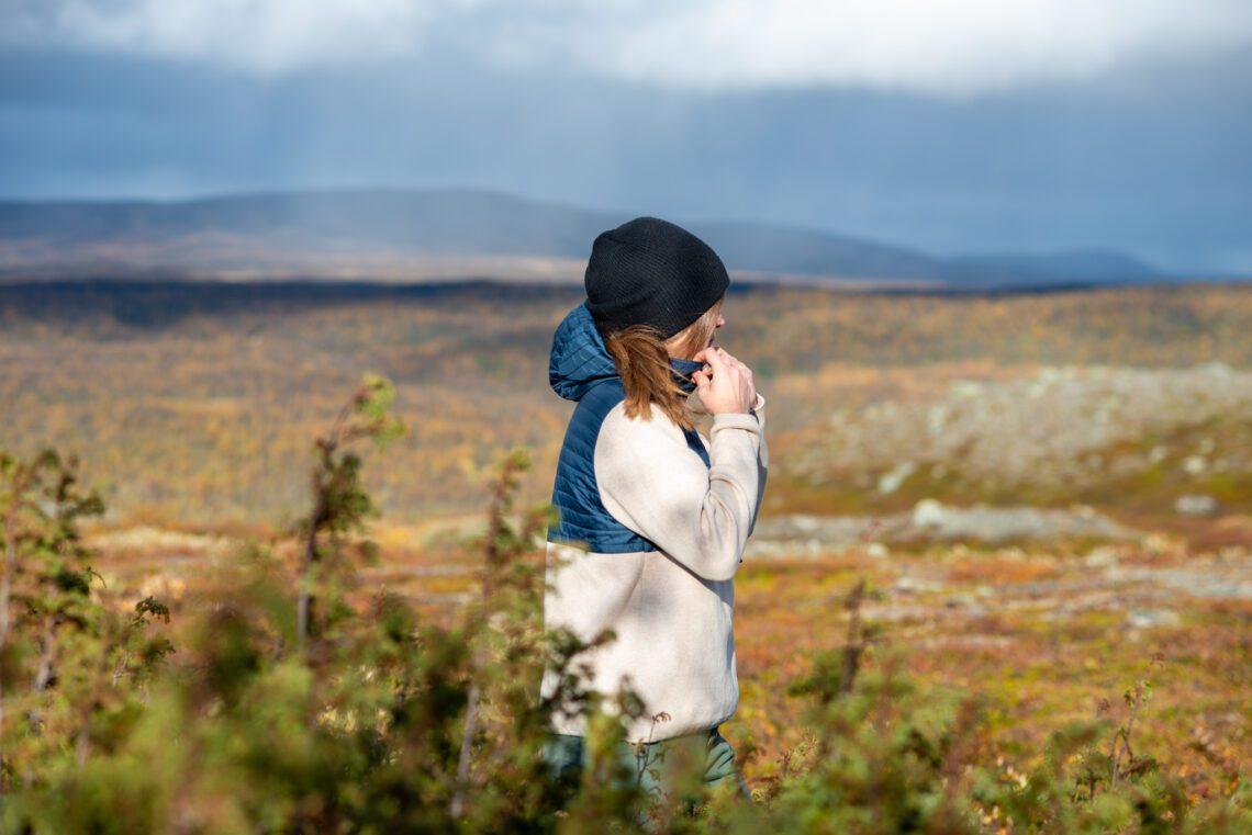 På fjället på hösten i blå mössa och tröja från Holebrook Sweden