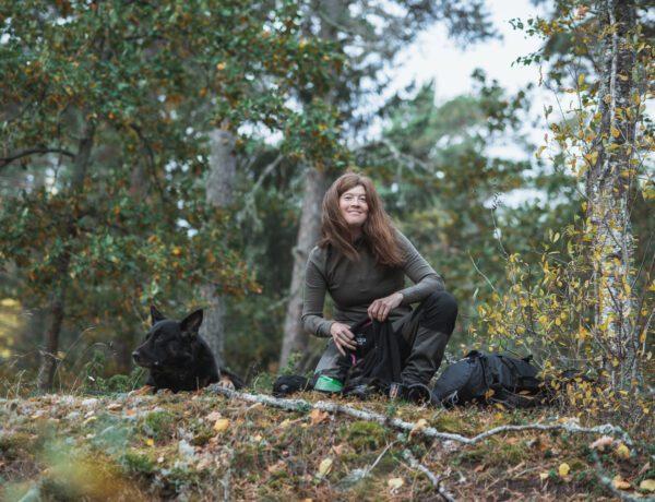 Wilda Nilsson med schäfer i skogen