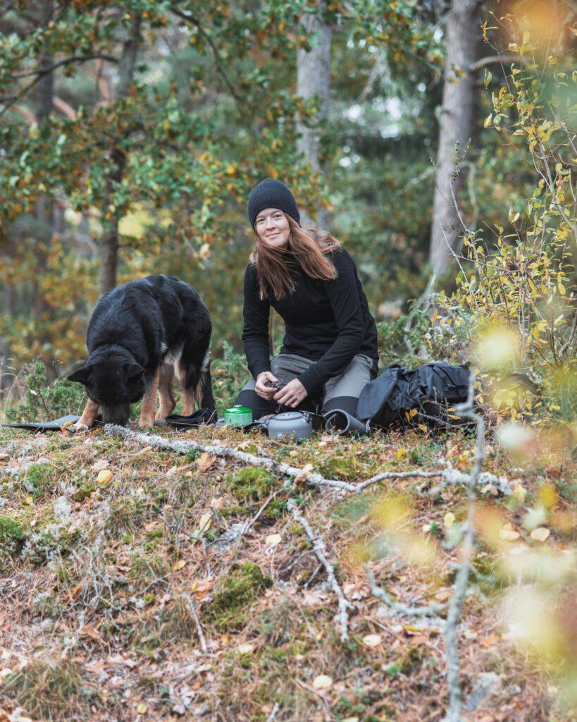 Kokkaffe i skogen på vandring med hund