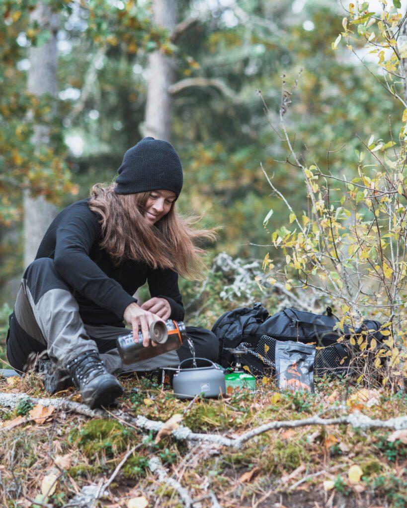 Kokkaffe i skogen från outdoorfika