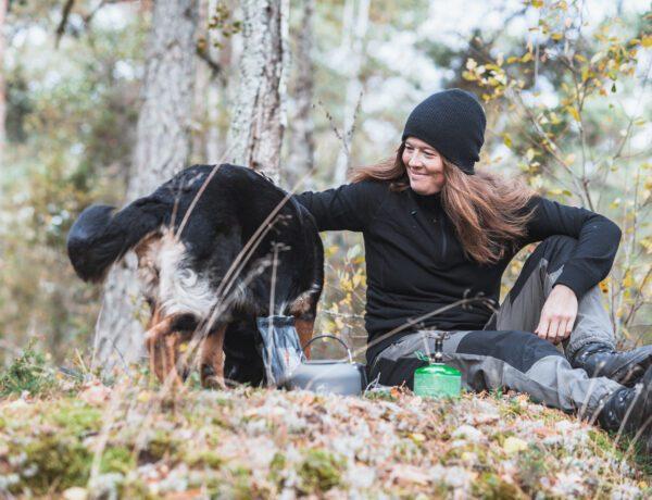 Wilda Nilsson koka kaffe i skogen med hunden