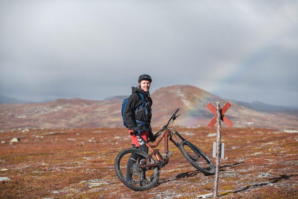 Svart jacka och mountainbike