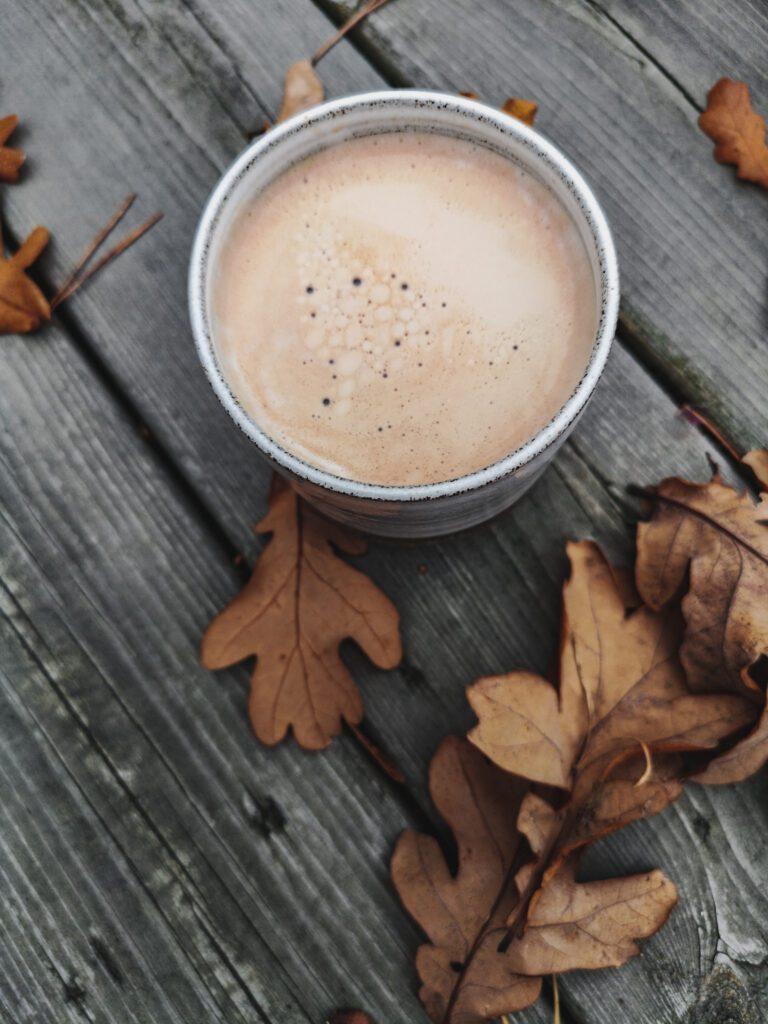 Kaffemugg och höstlöv